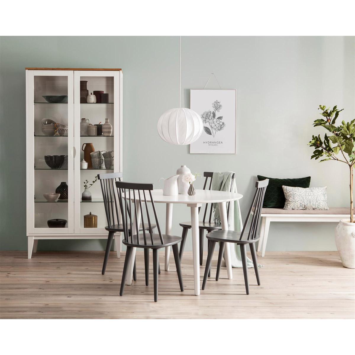 Bohus matgrupp runt bord vit 4 stolar grå miljö