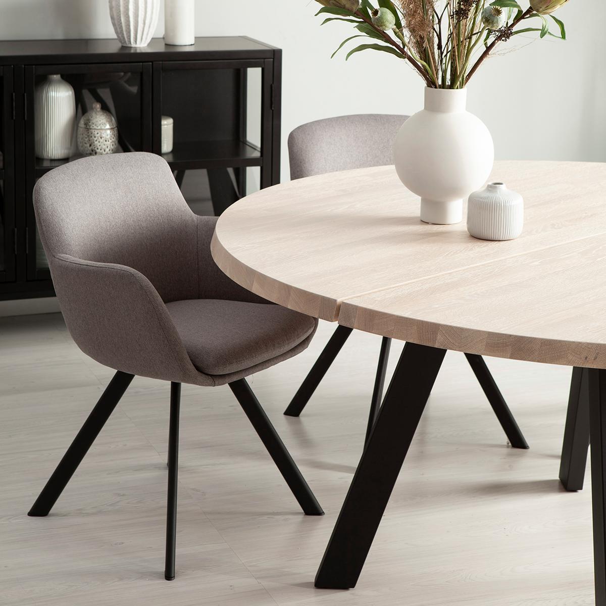 Fred-matbord-runt-160-vitpigm-ek-svart-Westville-stol-miljo-detalj