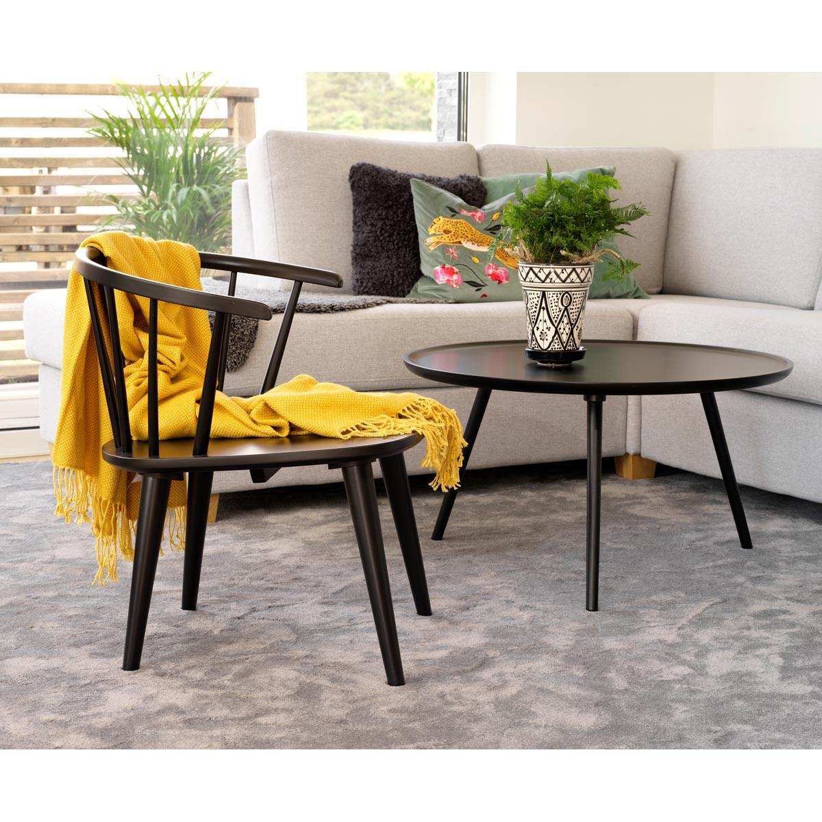 Grandpa-loungestol-svart-miljo-106242+Daisy-soffbord