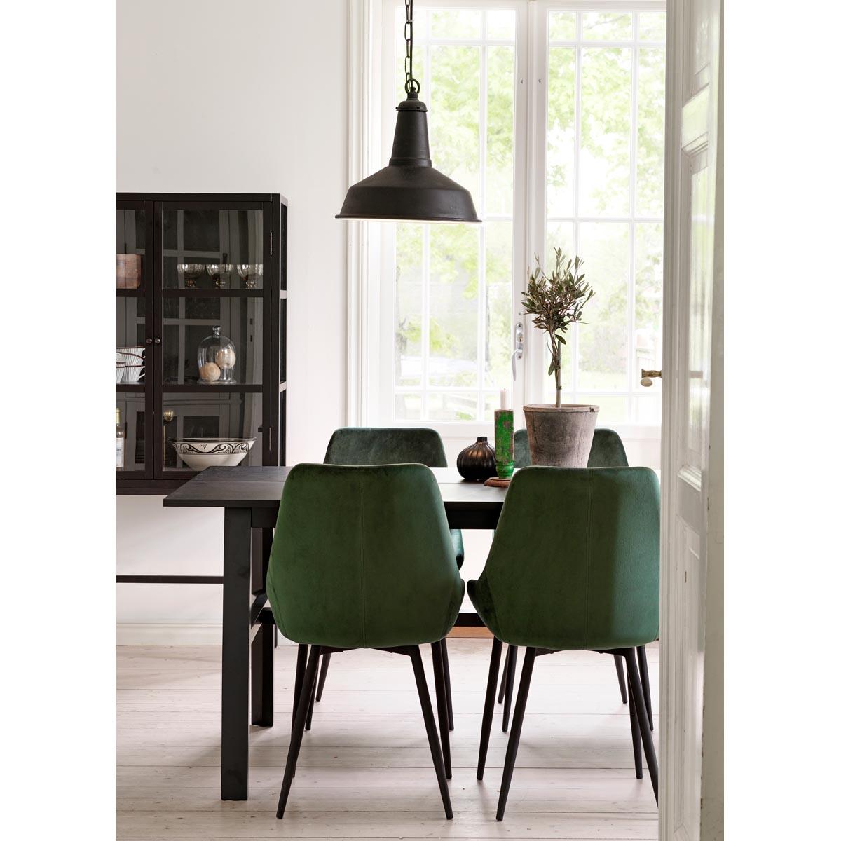 Hudson-matbord-svart-100286_miljo-Ebbot-stolar-Marshall-vitrin